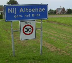 Het eerste naambord na de bevestiging van de dorpsstatus